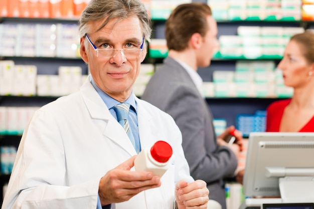 Farmacéutico con clientes en farmacia