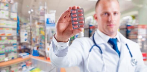 El farmacéutico da consejos sobre medicamentos.