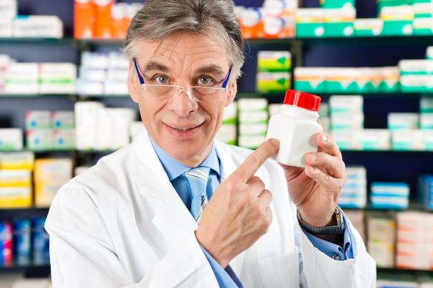 Farmacéutico en farmacia con medicamento.