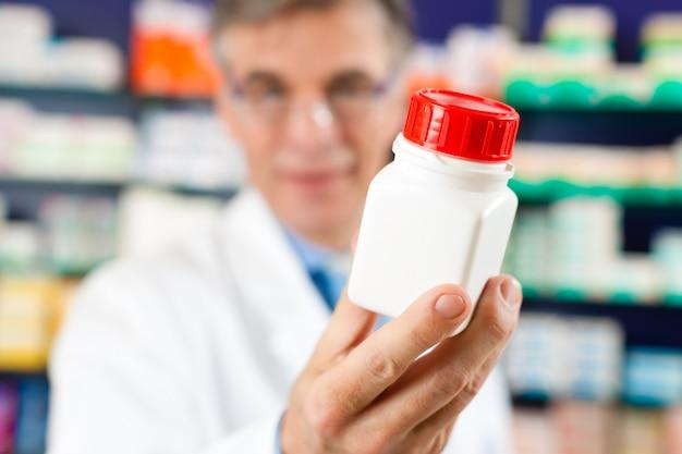 Farmacéutico en farmacia con medicamento
