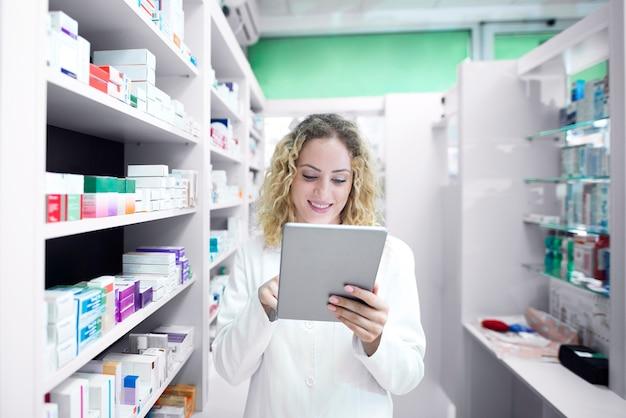 Farmacéutico femenino que trabaja en la farmacia