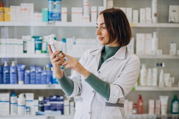 Farmacéutico joven en farmacia