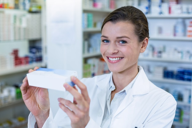 Farmacéutico marcando una casilla de medicamento en farmacia
