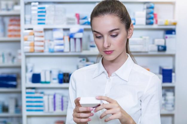 Farmacéutico marcando un cuadro de medicina