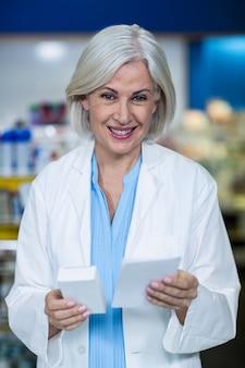Farmacéutico con medicina y prescripción en farmacia