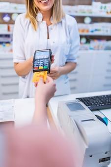 Farmacéutico que acepta tarjeta de crédito por pago sin contacto