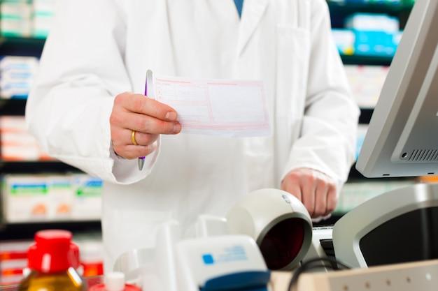 Farmacéutico receta en farmacia