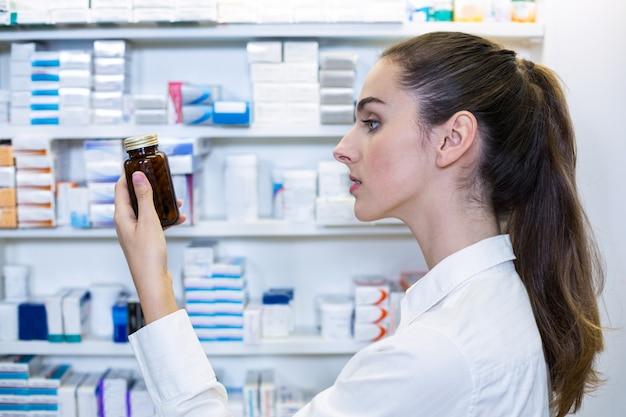 Farmacéutico revisando una botella de droga