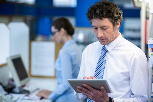 Farmacéutico con tableta digital