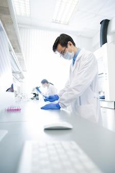 Farmacólogos que desarrollan nuevos medicamentos