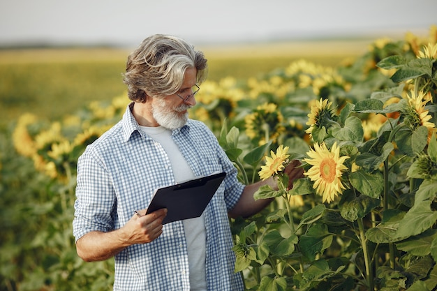 Farmer examina el campo. agrónomo o agricultor examina el crecimiento del trigo.