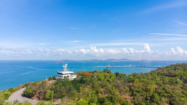 Faro aéreo en las laderas costeras del servicio de tráfico de buques sriracha vts