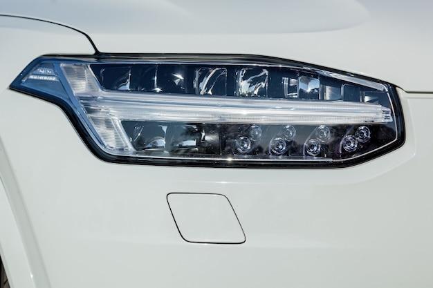 Faro de automóvil con led y ópticas caras