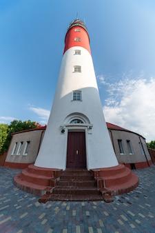 Faro báltico, colores blanco rojo, vista inferior. la mayoría del faro ruso occidental en la ciudad de baltiysk.