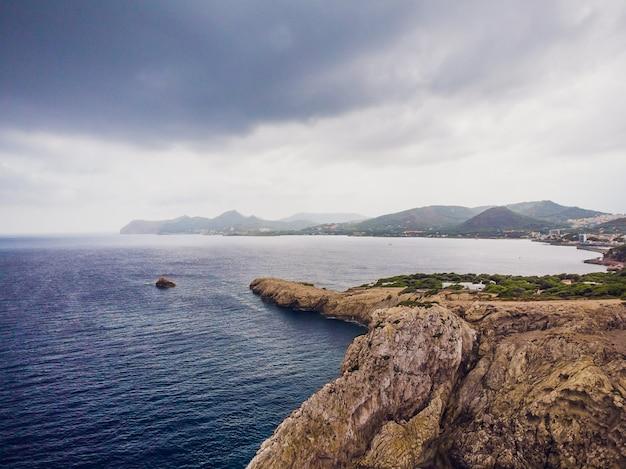 Faro en el cabo formentor en la costa del norte de mallorca, españa. amanecer artístico y anochecer landascape