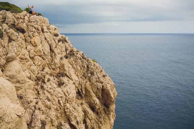 Faro en el cabo formentor en la costa del norte de mallorca, españa. amanecer artístico y atardecer paisaje joven en la montaña