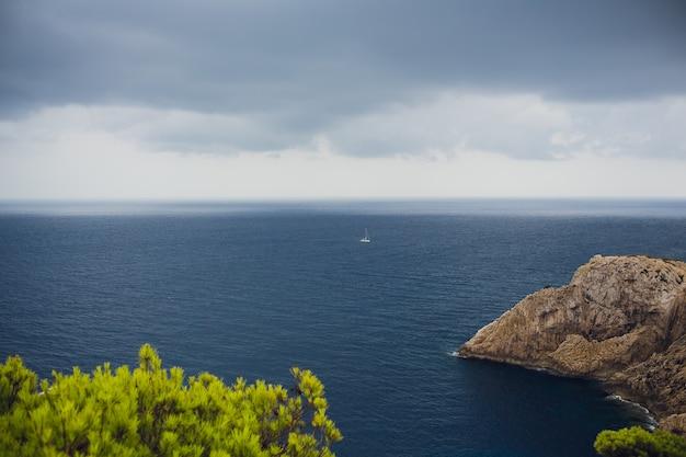 Faro en el cabo formentor en la costa del norte de mallorca, españa. paisaje artístico de amanecer y atardecer