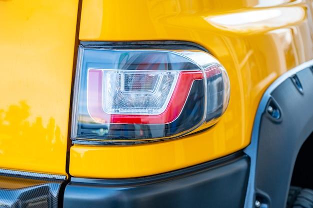 Faro de coche moderno y prestigioso closeup, color amarillo
