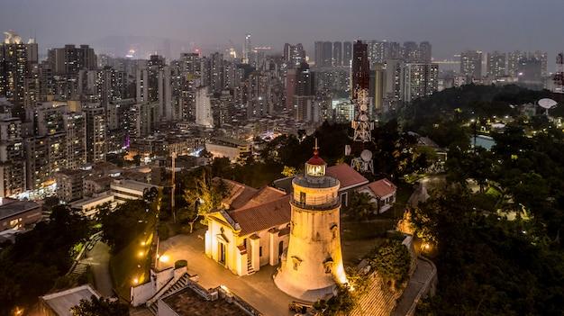 Faro de guia, fortaleza y capilla, vista aérea en la noche, macao