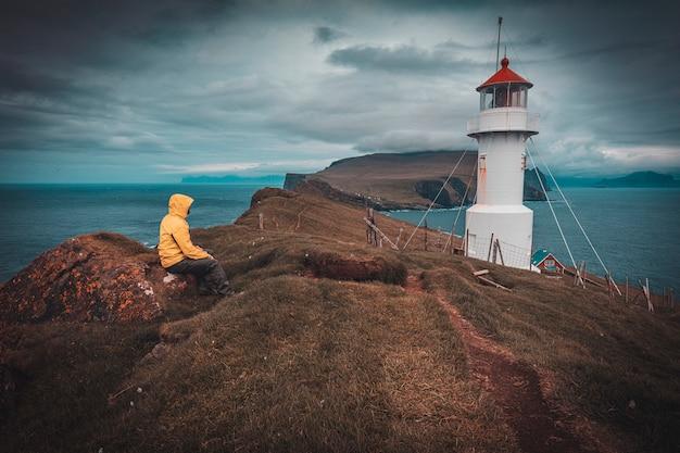 Faro en la isla de mykines en la faroe