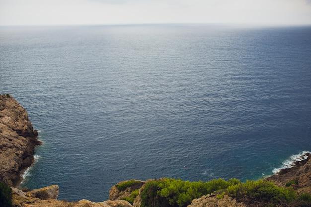Faro y mirador cap de formentor. atracción turística. costa de la isla de mallorca en la noche. montaña. islas baleares paisaje en invierno. gran paisaje bonita vista.