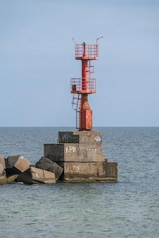 Faro de la puerta del mar en el estuario de adzhalyk