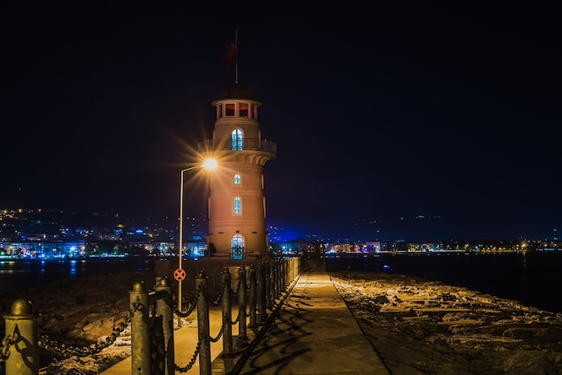 Faro en el puerto de alanya en la noche.