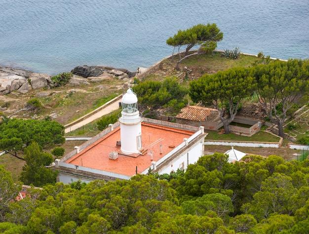 Faro de rosas en la costa norte de españa.