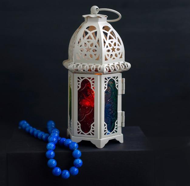 Farol oriental con velas y rosarios