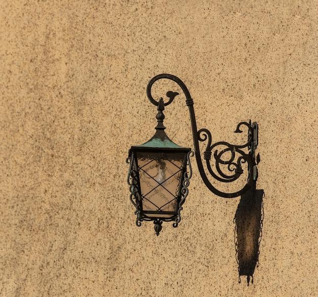Farol de pared vintage en un día en la calle