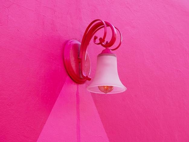 Farola en una pared rosa. decoración romántica