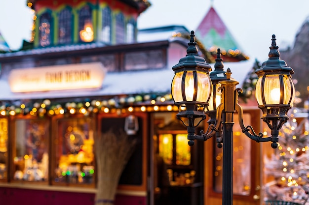 Farola vintage en la calle de navidad