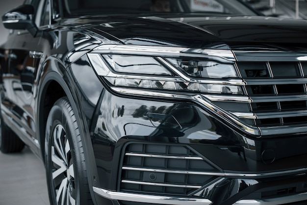 Los faros de un nuevo y prestigioso automóvil negro moderno.