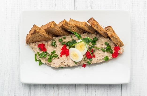 Farshmak con mantequilla y mantequilla de arenque de pan