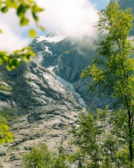 Fascinante tiro vertical de montañas en noruega