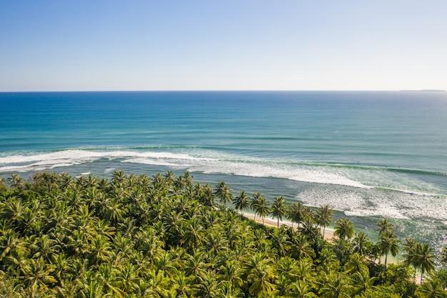 Fascinante vista de la costa con arena blanca y agua cristalina turquesa en indonesia
