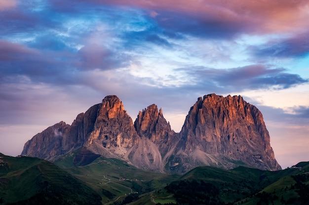 Fascinante vista de la montaña sassolungo, italia