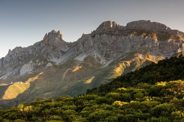 Fascinante vista de las montañas y acantilados del parque nacional de los picos de europa en españa