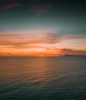 Fascinante vista del océano en calma durante la puesta de sol en las islas mentawai, indonesia