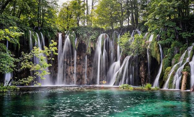 Fascinante vista del parque nacional de los lagos de plitvice en croacia