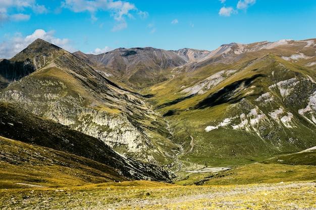 Fascinante vista de three peaks hill bajo un cielo azul en argentina