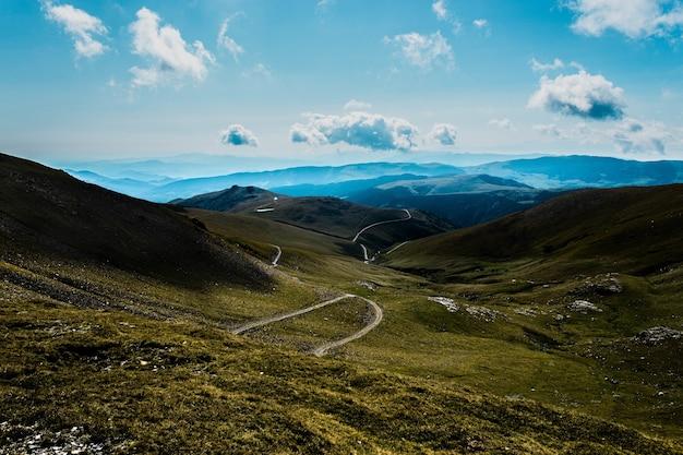 Fascinante vista de three peaks hill bajo un cielo nublado en argentina