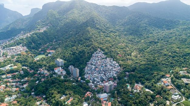 Favela, barrio marginal brasileño en una ladera en río de janeiro