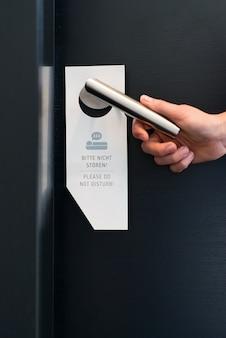 Por favor no molestar letrero en la puerta de una habitación en el hotel