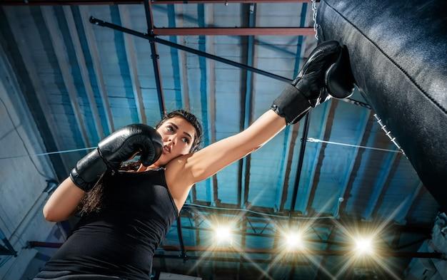Feale boxeador practicando