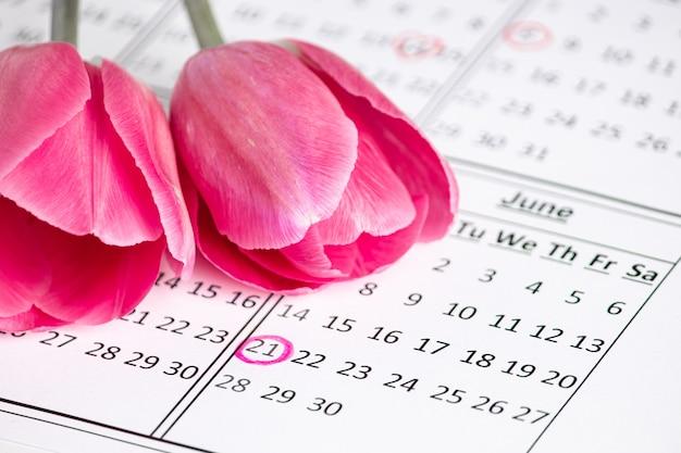 Fecha en el calendario. día internacional de la flor. solsticio de vacaciones y el primer día de verano.