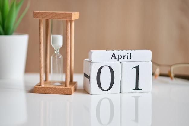 Fecha en cubos de madera blanca - el primero de abril 01 en una mesa blanca.