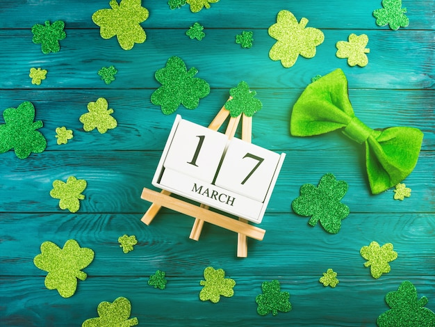 Fecha del día de san patricio en calendario de madera