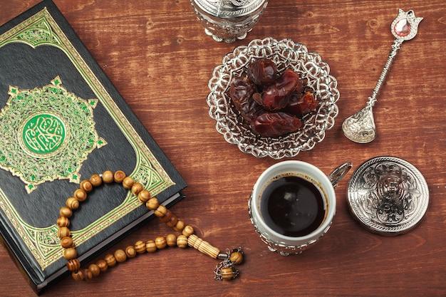 Fecha de frutas, corán y rosarios de madera para musulmanes ramadán