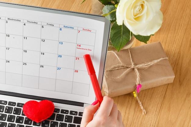 Fecha de punto de marcador en un calendario.